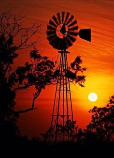 Texas windmill at sunrise Beautiful Sunset, Beautiful World, Farm Windmill, Windmill Decor, Garden Windmill, Silhouettes, Old Windmills, Sunset Pictures, Sunset Pics