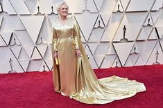 Glenn Close Wears a Gold Cape on Oscars 2019 Red Carpet: Photo Glenn Close makes an epic arrival on the red carpet with a long gold cape at the 2019 Academy Awards on Sunday (February at the Dolby Theatre in Los Angeles. Glenn Close, Oscar Gowns, Oscar Dresses, Formal Dresses, Lady Like, Regina King, Valentino Couture, Amy Poehler, Helen Mirren