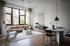 These high ceilings and dark wood window frames form the perfect backdrop for this minimal and sculptural living room / kitchen. I like the amount of empty space in between the beautiful furniture … Walnut Dining Chairs, Sofa Design, Interior Design, Interior Modern, Wood Windows, One Bedroom Apartment, Design Blog, Loft Spaces, Small Spaces