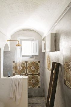 Patterned tiles and concrete in the rustic bathroom in a dreamy home in Puglia. Rustic Bathroom Designs, Rustic Bathrooms, Best Rain Shower Head, Shower Heads, Shower Head Reviews, Mad About The House, Open Showers, Tadelakt, Interior Decorating