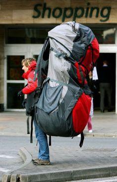 Jajaja lleva a la suegra dentro de la mochila