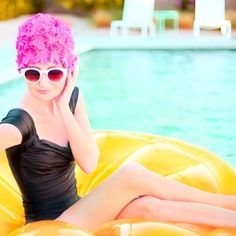 Where to find vintage-inspired swim caps. How to keep your hair from turning green in the pool. Retro Swim, Vintage Swim, Pool Fashion, Spring Fashion, Palm Springs Fashion, Pool Photography, Slim Aarons, Swim Caps, Weekend Wear