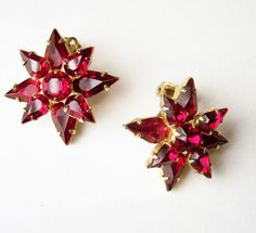 ◦Mid Century Weiss ruby red rhinestone earrings ◦Star shaped, all prong set glass stones ◦Gold tone setting ◦Clip on style ◦1 inch diameter ◦Shows minimal wear on the back,... #vogueteam