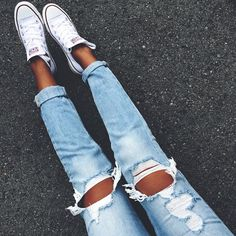 Can never go wrong with ripped jeans and some Chuck Taylors. Look Fashion, Winter Fashion, Fashion Outfits, Womens Fashion, Converse Fashion, Casual Outfits, Summer Outfits, Cute Outfits, Boyfriend Jeans