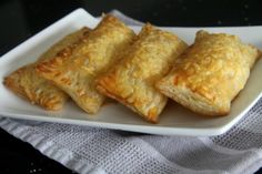Het recept voor deze zelfgemaakte kaasbroodjes komt van Naziema van Toetjestafel. Met maar een paar ingredienten kun je zelf kaasbroodjes maken en smaken ze nog lekkerder dan wanneer je ze bij de Bakker haalt. Benieuwd hoe je zelf kaasbroodjes kunt maken? Lees dan gauw verder! Heb jij ook een lekker en simpel gerecht? Stuur je recept (met foto)...Lees Meer »