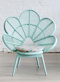 Comment ne pas craquer devant ce fauteuil fleur vintage en rotin couleur vert d'eau ?