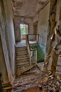 Abandoned Mansion in VA Abandoned Mansions, Abandoned Houses, Abandoned Places, Spooky Places, Mother Family, Mobile Home, Photography Photos, Old Things, Stairs