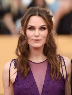 Long hairstyle with bangs that we LOVE! Keira Knightley: Part your long bangs along the center and wave your hair with a curling iron to achieve this stunning face-elongating style. Keira Knightley Hair, Keira Christina Knightley, Celebrity Hairstyles, Hairstyles With Bangs, Hairstyle Ideas, Face Framing Bangs, Perfect Bangs, Sweeping Bangs, Parted Bangs