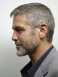 George Clooney, uno de los actores más icónicos, de perfil.