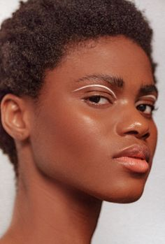 Painted lips, dimensional lids, dirty hair, and more—dissecting all of the best beauty trends to come out of NYFW so far. Runway Makeup, Beauty Makeup, Eye Makeup, Hair Makeup, Catwalk Makeup, Face Beauty, Beauty Skin, Make Up Looks, Simple Makeup