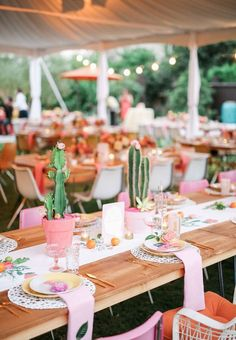 Bookmark this for colorful spring wedding photo ideas for your nuptials.