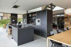 graue Küche modern Kochinsel Essplatz Einbaugeräte
