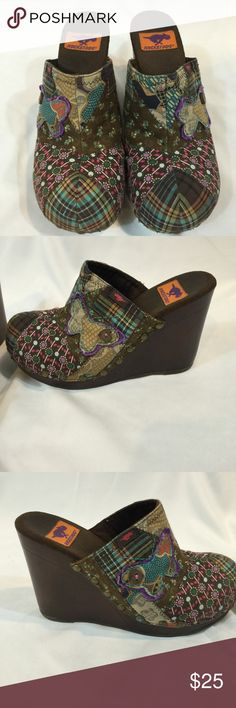 Rocket Dog SZ 9 Patchwork Wedge Clog Rocket Dog SZ 9 Patchwork Wedge Clog with approx 4.5in heel. some wear on heel which is shown in last picture. Rocket Dog Shoes Mules & Clogs