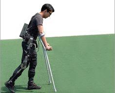 Pour la rééducation, des béquilles sont encore souvent nécessaires en plus de l'exosquelette.