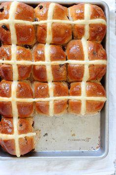 Easy Easter Hot Cross Buns, just like Easter bread! Cross Buns Recipe, Bun Recipe, Baking Recipes, Bread Recipes, Dessert Recipes, Baking Desserts, Easter Hot Cross Buns, Easter Brunch, Easter Treats