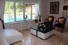 #Decoración de salón en tonos blancos y neutros, combinado con muebles en tonos oscuros. Blanco y negro. En Chalet en Venta en Monte Rozas, Rozas de Madrid, Las, Madrid