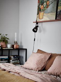 Home tour: una casa rossa a Södermalm Small Room Bedroom, Home Decor Bedroom, My Room, Diy Home Decor, Hektar Ikea, Home Interior, Home Decor Inspiration, Decoration, Sweet Home