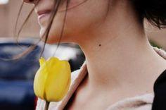 """""""Ninguém vive pela metade. O espaço de vida de cada um é o que cada qual tem de inteiro. Se dura vinte ou cinqüenta anos, não faz diferença. O que conta é que uma vida é uma vida.Não existe meio amor, meia felicidade, meia saudade. Todo sentimento por si só é inteiro. Ou a gente é feliz ou não é; ou ama, ou não ama; ou quer, ou não quer... (letícia thompson)"""
