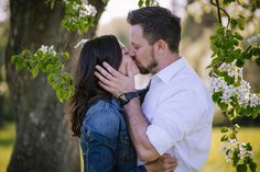 couple, couplelove, paarshooting, photography, outdoorsession, in love, happy and confident, be happy, photographer austria, austrian photographer, sabine wieser fotografie, kissing, lower austria, pear blossom, birnbaumblüte