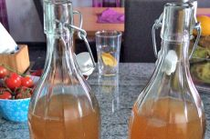 Salbei-Sirup - Rezept | GuteKueche.at Wine Decanter, Eat, Kitchen, Drink, Sport, Lifestyle, Fitness, Sage Recipes, Chef Recipes