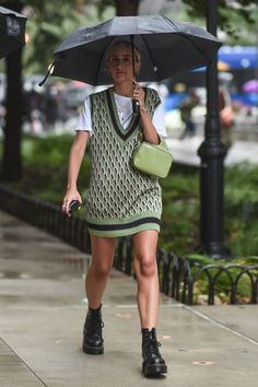 New York Fashion Week Street Style Is All About A New Approach To Layering Sweater Vest Outfit, Vest Outfits, Mode Outfits, Fashion Outfits, Womens Fashion, Sweater Vests, Party Fashion, Fall Outfits, Fashion Shoes