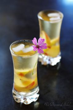 Iced tea with flowers and white peaches