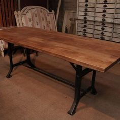 Industrial Dining Table with Cast Iron Base how awesome is this table? If I could find another sewing machine base I could SO do this?!?!?