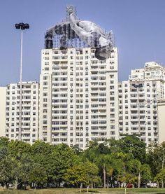 JR cria instalações artísticas em diferentes locais do Rio de Janeiro,Imagem de Mohamed Younes Idriss saltando sobre edifício. Image © JR, via Facebook do artista