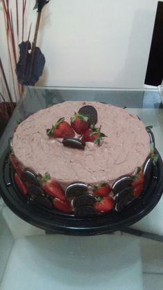 Pastel de chocolate con galletas oreo y fresas.