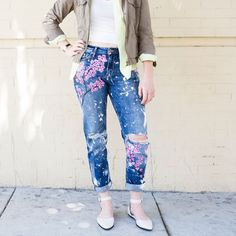 Fashion DIY: Transform Your Old Jeans Into Cute Cherry Blossom Boyfriend Jeans Blake Lively, Jeans Boyfriend, Diy Destroyed Jeans, Jean Moda, Diy Fashion, Ideias Fashion, Jeans Fashion, Jean Diy, Black Fabric Paint