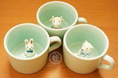 Une tasse tellement originale et très kawaii ~ (=^w^=)o <3 Regardez, il y un petit animal qui se cache au fond de votre tasse !! Imaginez la réaction de vos ami(e)s quand ils découvrent cette surprise en buvant du café / thé avec vous !! XD - Boutique kawaii en ligne www.chezfee.com