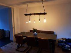 Stoere betontafel in de kleur nacht. Samen met de lamp een industriële living gecreëerd. Prachtig eindresultaat!