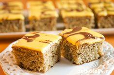 Her har du en stor og KJEMPEDEILIG langpannekake! Banankaker pleier som regel å slå an hos både store og små. Bananene gjør kaken ekstra saftig og myk, og gul melisglasur med sjokolade på gir kaken et delikat utseende. Så har du 4-5 store bananer som begynner å bli godt modne, er det denne kaken du bør bruke dem til! Delicious Cake Recipes, Yummy Cakes, Yummy Food, Afternoon Snacks, Dessert Bars, Let Them Eat Cake, Tea Time, Banana Bread, Muffin