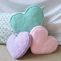 A free crochet pattern of a heart pillow. Do you also want to crochet this heart. A free crochet pattern of a heart pillow. Do you also want to crochet this heart pillow. Read more about the Free Crochet Pattern Candy Heart Pillow. Bag Crochet, Crochet Pillow Pattern, Crochet Amigurumi, Crochet Motifs, Crochet Cushions, Crochet Gifts, Baby Blanket Crochet, Free Crochet, Crochet Patterns