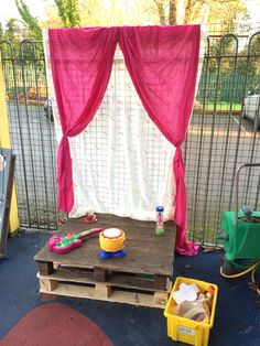 Outside stage area. Outdoor Stage, Outdoor Theater, Outdoor School, Outdoor Learning Spaces, Outdoor Play Areas, Eyfs Outdoor Area Ideas, Reggio Classroom, Outdoor Classroom, Outside Playground