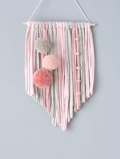 Macrame Wall Hanging Diy, Wall Hanging Crafts, Macrame Art, Macrame Projects, Pom Pom Crafts, Yarn Crafts, Diy Home Crafts, Arts And Crafts, Yarn Wall Art