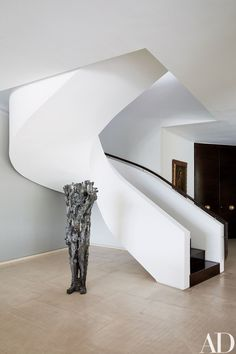 A Michele Oka Doner sculpture stands beside the staircase of handbag designer Nancy Gonzalez& Colombia apartment, decorated in collaboration with Jean-Louis Deniot. Architectural Digest, Foyers, Jean Louis Deniot, Interior Architecture, Interior Design, Modern Stairs, Staircase Contemporary, Elderly Home, Foyer Decorating