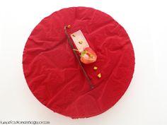 dacquoise pistacjowy, prażone pistacje z płatkami Pailleté Feuilletine, mus pistacjowy na bazie creme anglaise, świeże truskawki, ga...