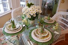 Páscoa tablescape ajuste da tabela com a peça central floral e Fold Guardanapo Coelho