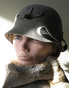 Ne passez pas inaperçue grâce à ce chapeau de feutre d'une élégance raffinée.  (Chapeau de feutre fourrure avec pétales de feutre de laine et fourrure de loup marin) www.facebook.com/lachapelieretetue