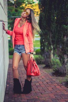 Look do dia com blazer laranja , shorts jeans e bolsa saco de couto