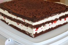 Mansikka-mascarponetäyte: 250 g (1prk) Mascarpone-tuorejuustoa 4 dl kermaa 400 g (2prk) metsämansikkajogurttia ½ dl sokeria 6 liivatele... Cake Recipes, Dessert Recipes, Just Eat It, Pretty Cakes, Macaroons, Cake Cookies, Cheesecake, Food And Drink, Yummy Food