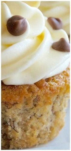 Banana Cupcakes with Cream Cheese Frosting ~ Sweet and sticky banana cupcakes with classic tangy cream cheese frosting. ***Make with GF flour. Brownie Desserts, Oreo Dessert, Mini Desserts, Just Desserts, Delicious Desserts, Yummy Food, Cupcake Recipes, Cupcake Cakes, Cup Cakes