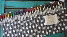 A execução deste porta lápis de cor passo a passo não é tão difícil, e se você for iniciante na arte da costura não terá grandes dificuldades para desenvolvê-lo. Porta Lápis de Cor Passo a Passo Para fazer este artesanato você irá precisar de: Tecidos de sua preferência e com as cores ou as estampas …