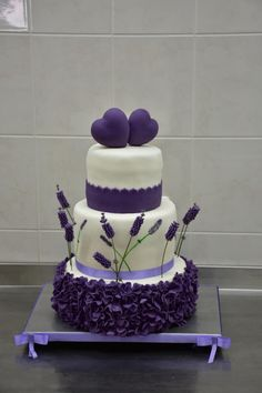 Wedding cake lavander - cake by Power Of Sugar Wedding Cake Pops, Luxury Wedding Cake, Beautiful Wedding Cakes, Gorgeous Cakes, Pretty Cakes, Amazing Cakes, Purple Cakes, Purple Wedding Cakes, Fall Wedding Cakes