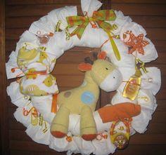 Giraffe Diaper Wreath - next baby Samar. Diaper Cake Instructions, Baby Shower Giraffe, Diaper Wreath, Baby Crafts, Baby Shower Decorations, Baby Items, Baby Shower Gifts, New Baby Products, Crafty