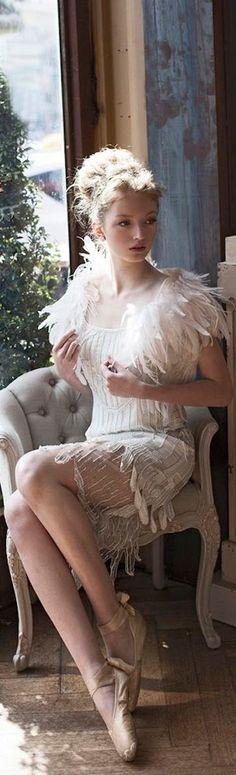 Portofolio Fotografi Potret - Gatsby style short wedding dress by Alessandra Rinaudo Gatsby Wedding, Chic Wedding, Gatsby Party, Wedding Vintage, Trendy Wedding, Glamour, Bridal Gowns, Wedding Gowns, Flapper