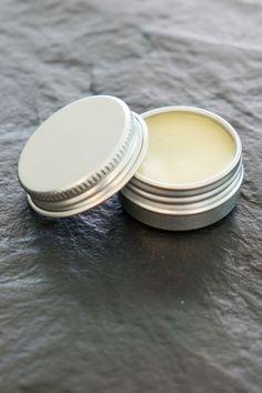 DIY: Lippenbalsam mit Gänseblümchen-Öl:  Im letzten Beitrag habe ich dir gezeigt, wie du ganz einfach dein eigenes Gänseblümchen-Öl herstellen kannst. Das lässt sich nicht nur vielseitig anwenden, sondern zum Beispiel auch zu einem Lippenbalsam weiterverarbeiten.