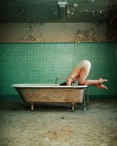 new bathtub, same me Studio Photography Poses, Nude Photography, Amazing Photography, Fridah Kahlo, Cinematic Photography, Photo Class, Poses References, Photoshoot Inspiration, Conceptual Art