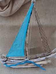 Driftwood sailboat with turquoise sail and netting Beach Themed Crafts, Beach Crafts, Summer Crafts, Driftwood Projects, Driftwood Art, Painted Driftwood, Beach Wood, Beach Art, Wooden Art